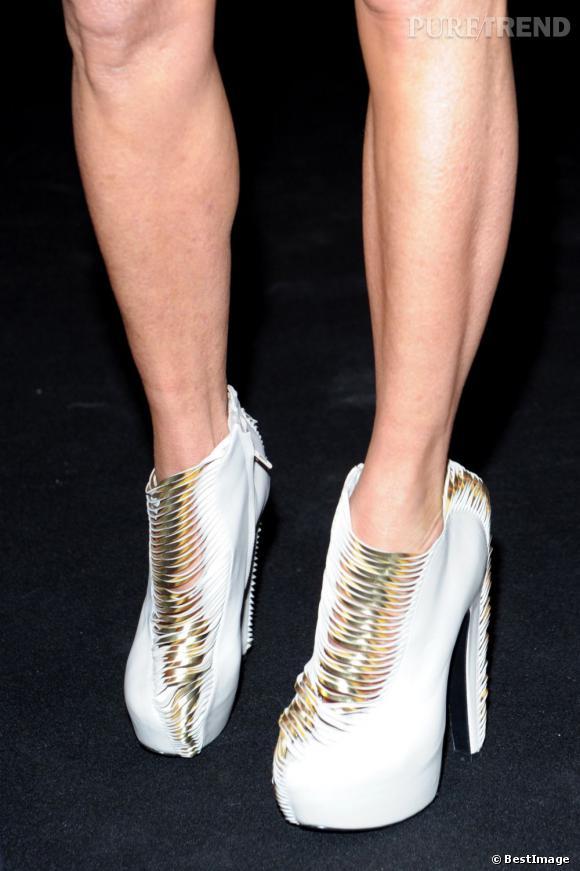 Plateaux et lanières dorées habillent les pieds de la déjantée Anna Dello Russo.