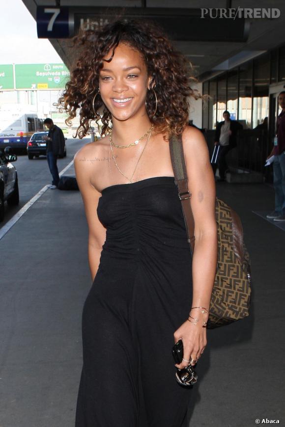 Cheveux lâchés et make-up inexistant, Rihanna joue la carte du naturel.