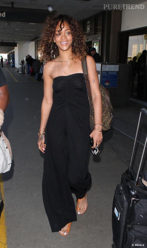 Rihanna en tenue estivale à sa descente de l'avion à Los Angeles.