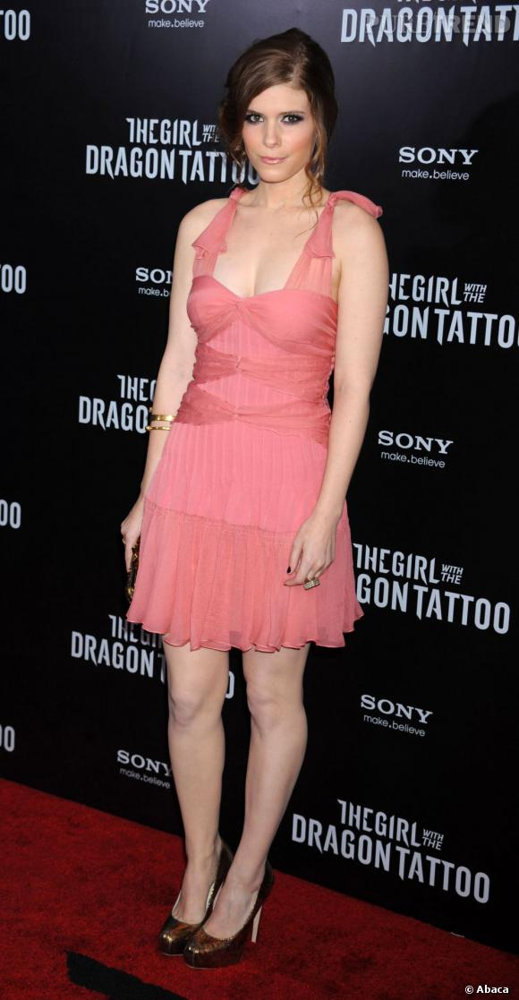 """Kate Mara en Christian Dior mise sur du rose pâle pour soutenir sa soeur Rooney à l'avant première de """"Millenium""""."""
