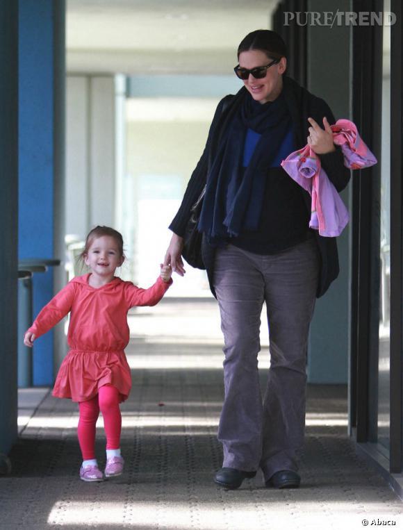 Jennifer Garner renfile son uniforme de femme enceinte pour faire du shopping avec sa fille. Dommage... on la préférait en robe.