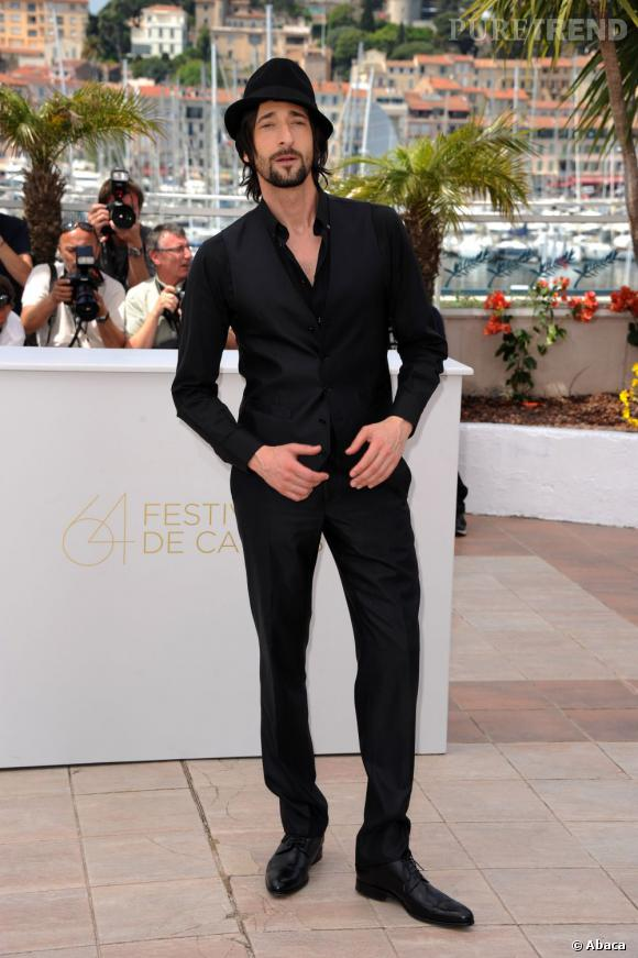 Le meilleur décolleté : chemise légèrement ouverte, Adrien Brody joue de son charme.