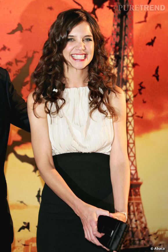 Le sourire forcé de Katie Holmes : visiblement épuisée de devoir jouer les petites poupées, l'actrice semble quelques fois perdre patience. Rajoutez à cela des escarpins douloureux, et le tour est joué.