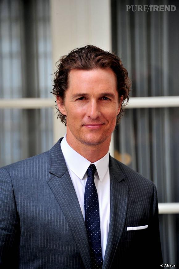 Matthew McConaughey est un grand séducteur. Il dégage son visage de ses boucles blondes sans pour autant les lisser. Tout un art.