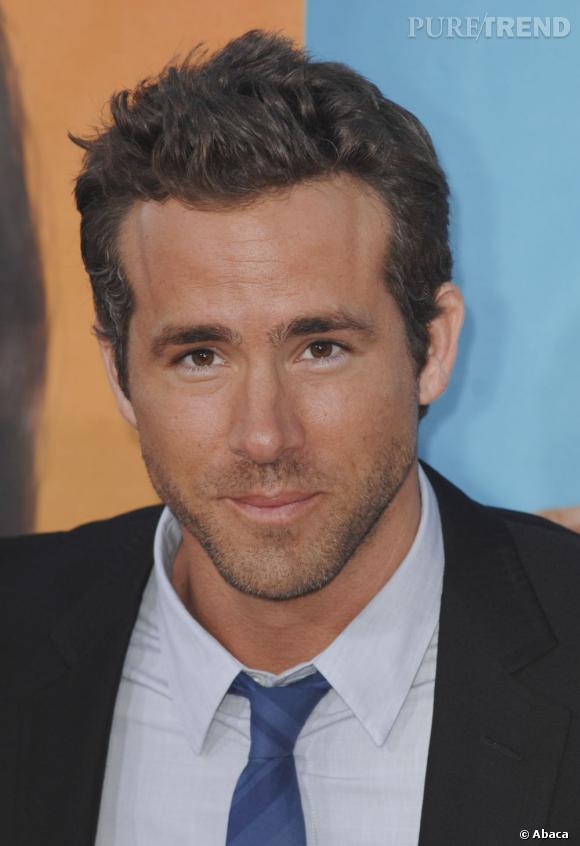 Ryan Reynolds s'est fait une coupe coiffé-décoiffé facile à entretenir. Les cheveux un peu plus long sur le dessus atténuent la sensation de calvitie naissante.