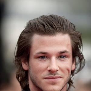 Gaspard Ulliel a égalemnt les cheveux mi-longs, mais il décide de les tirer en arrière pour se donner un côté séducteur.