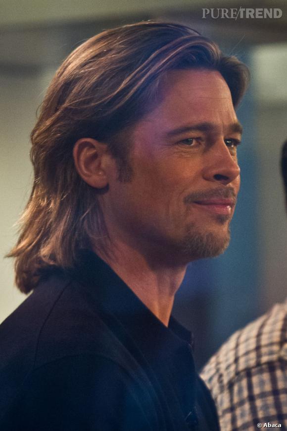 Quasiment toutes les coiffures de Brad Pitt sont cultes. En ce moment, l'acteur a les cheveux mi-longs avec une raie floue.