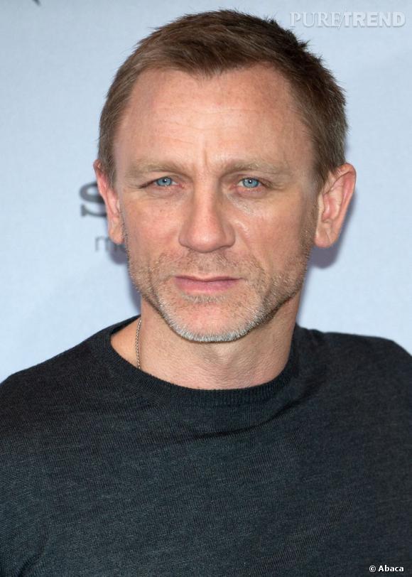 Daniel Craig arbore une coupe très courte mais pas triste grâce au mouvement donné aux cheveux sur le devant.