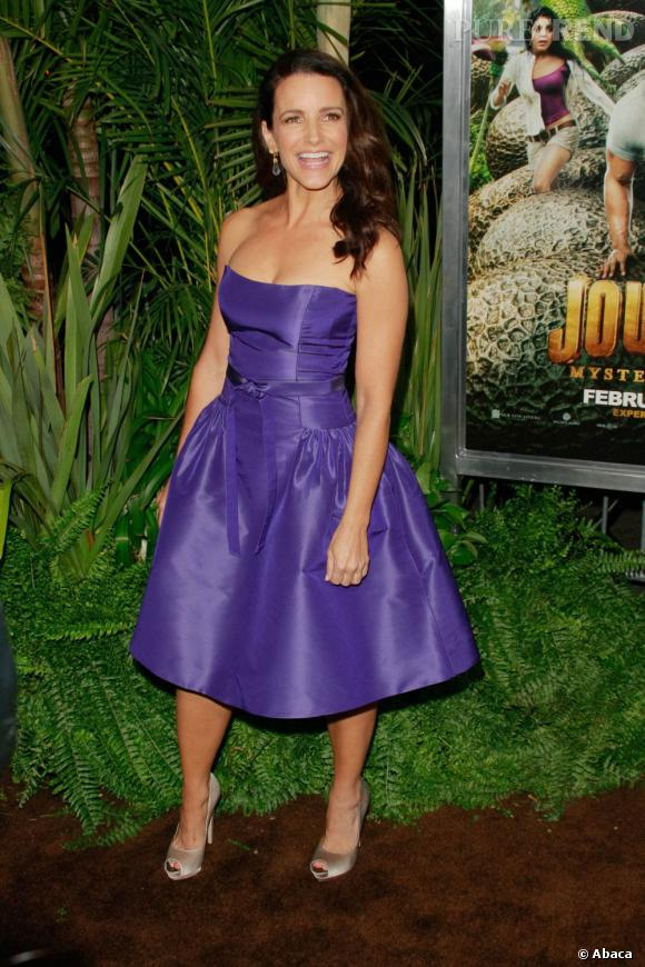 Kristin Davis peaufine sa tenue à l'aide d'escarpins Salvatore Ferragamo.