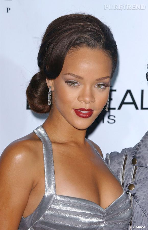 Rihanna tente le petit chignon lâche et glamour sur le côté. Bon point.