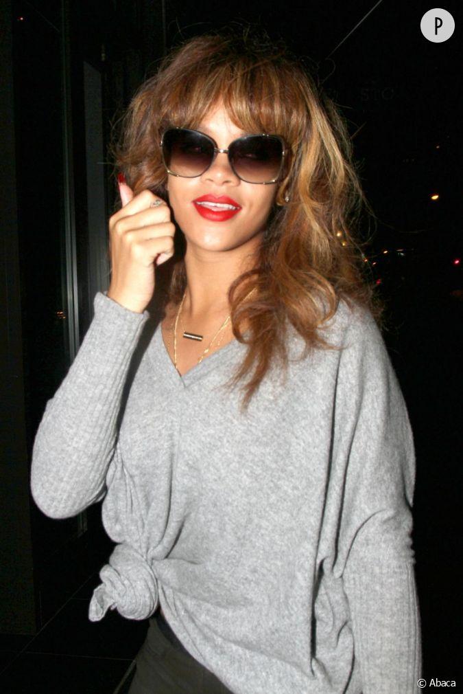Rihanna et le retour de la frange toujours sur sa couleur naturelle ch tain la chanteuse se - Couper sa frange sur le cote ...