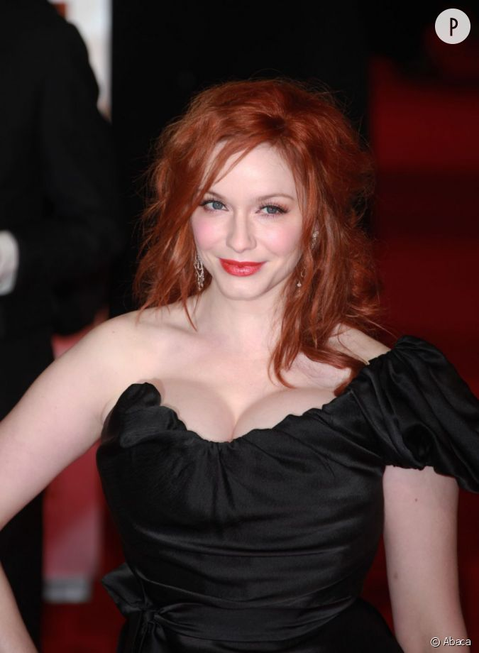 le maquillage la coiffure et la robe de christina hendricks la tasse son rouge l vres a une. Black Bedroom Furniture Sets. Home Design Ideas