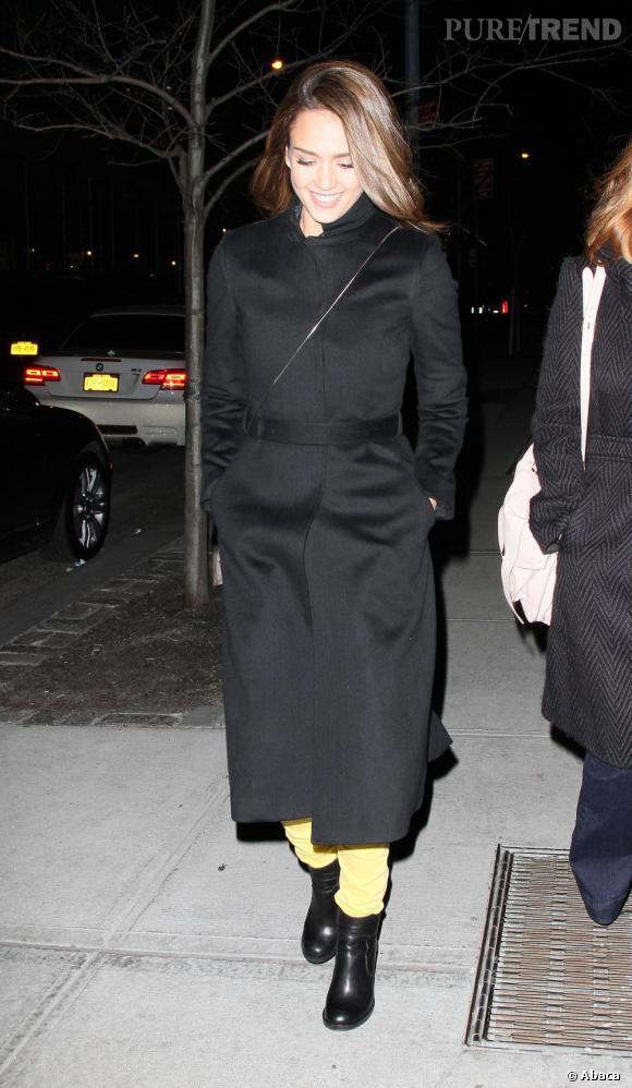 Jessica Alba opte pour un manteau extra-long très tendance cette saison.