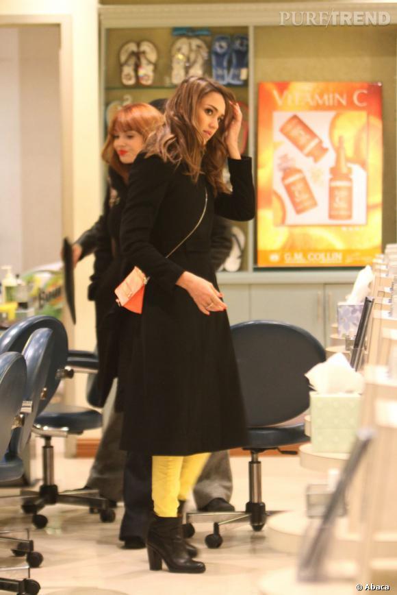 Avec son pantalon jaune, Jessica Alba donne une touche de fraîcheur à son look d'hiver.