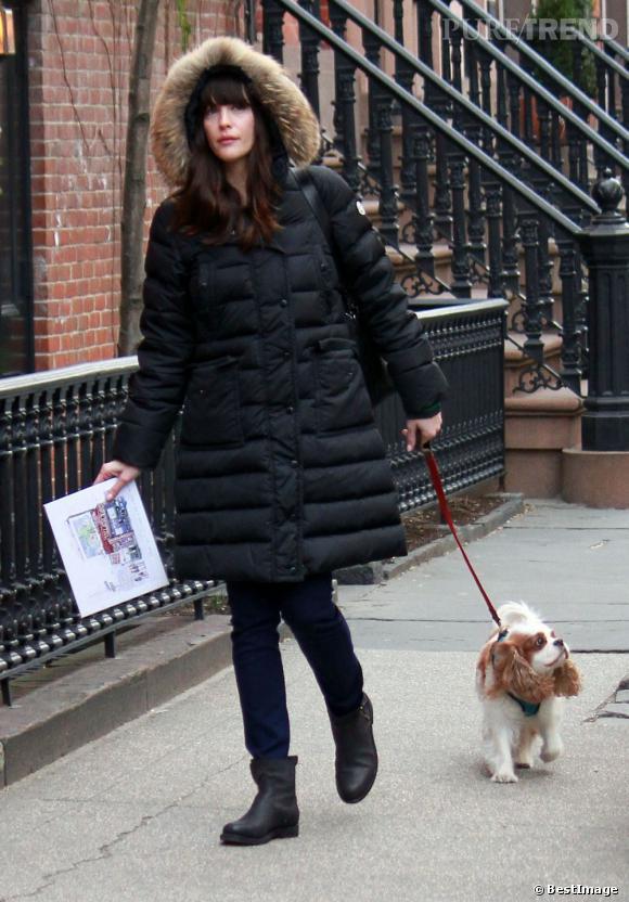 Heureusement, son petit chien est là pour lui servir d'accessoire tendance.