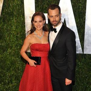 Natalie Portman garde sa robe rétro Christian Dior pour l'after.