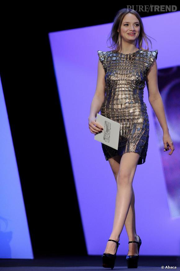 """Sara Forestier a osé la mini robe """"écailles"""" signée Manish Arora pour Paco Rabanne."""