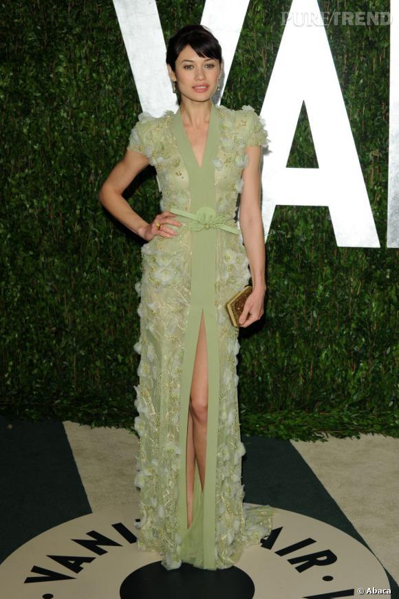 Olga Kurylenko a choisi une robe Haute Couture vert amande de chez Georges Hobeika pour se rendre à la soirée Vanity Fair.