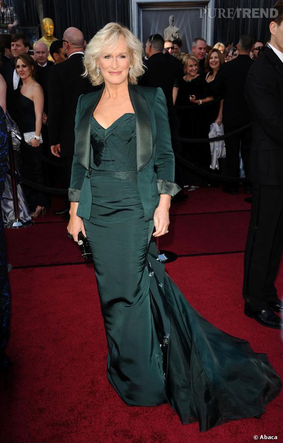 Glenn Close a opté pour une robe fourreau vert émeraude signée Zac Posen.
