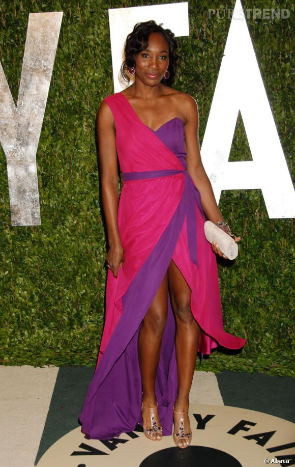 Venus Williams mise sur le look color-block dans sa robe Christiane King bicolore.