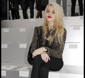 Petite nouvelle de la mode, Sky Ferreira s'offre quand même le luxe d'être en front row Chanel.