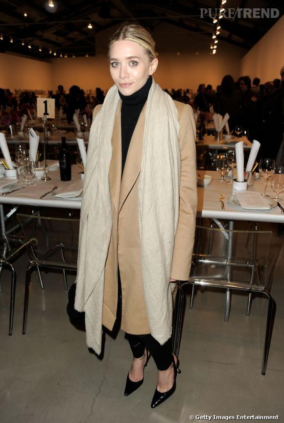 Elle complète sa tenue avec des pièces The Row, un manteau beige et un sac doctor.