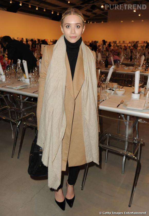 La it-girl mise sur une tenue minimaliste et chic avec un col roulé et un pantalon 7/8 noirs.