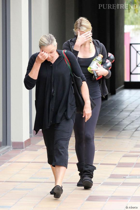 La pire partie de cache-cache  : Derrière sa maman, Charlize Theron se cache avec sa main... On l'a reconnue... nananère !