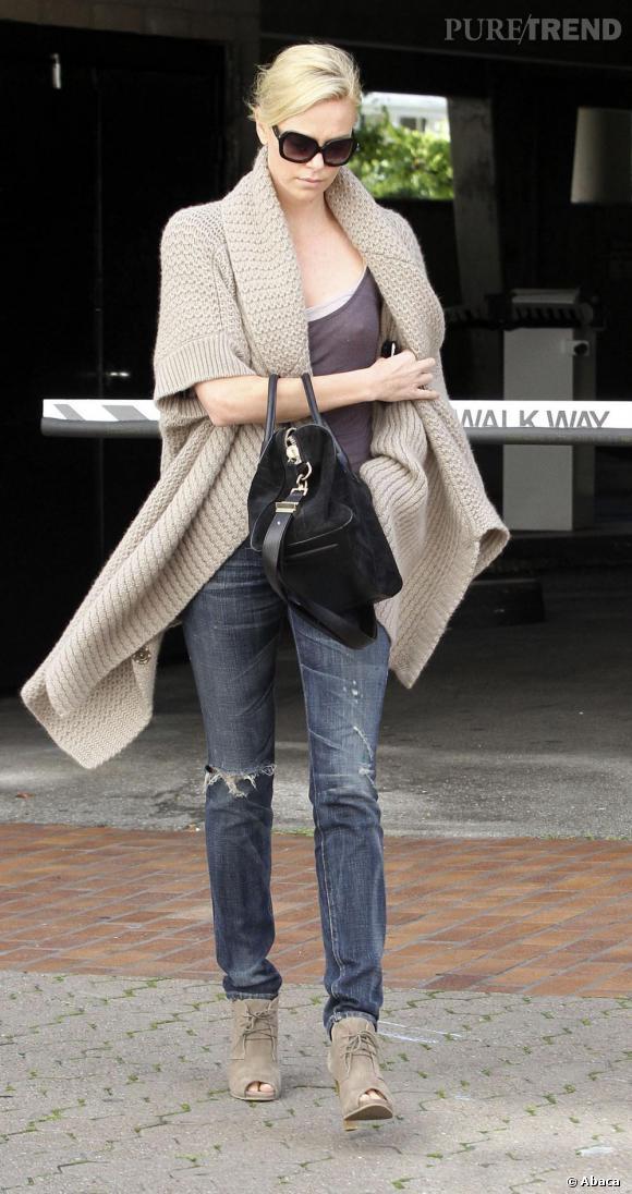 Le meilleur street style  : Décontracté mais bien orchestré, Charlize Theron accorde son gilet XL en laine avec ses bottines open-toe. L'ensemble est très tendance.