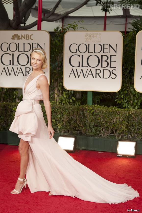 Le meilleur look de tapis rouge  : Charlize Theron porte une robe Dior pour la dernière cérémonie des Golden Globes. Elle est resplendissante.
