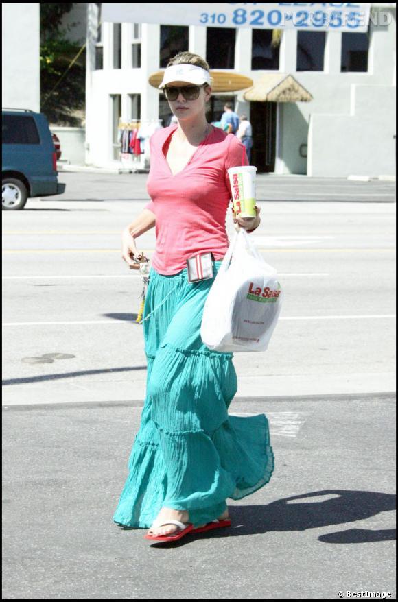 Le pire street style  : Visière démodée, jupe color-block trop large, tongs ; Charlize Theron accumule les erreurs.