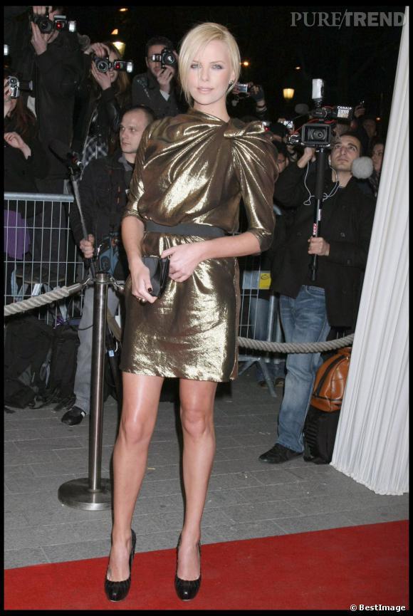 La pire robe dorée  : Trop gonflée au niveau du buste, Charlize Theron opte pour un modèle qui élargit sa carrure. Oups.