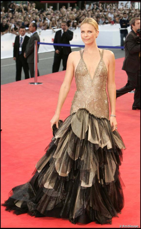 La meilleure robe dorée  : Charlize Theron craque pour une robe Versace dorée sur le buste et qui lâche des dizaines de pans en tulle sur la jupe. Le festival de Venise s'en rappele encore.
