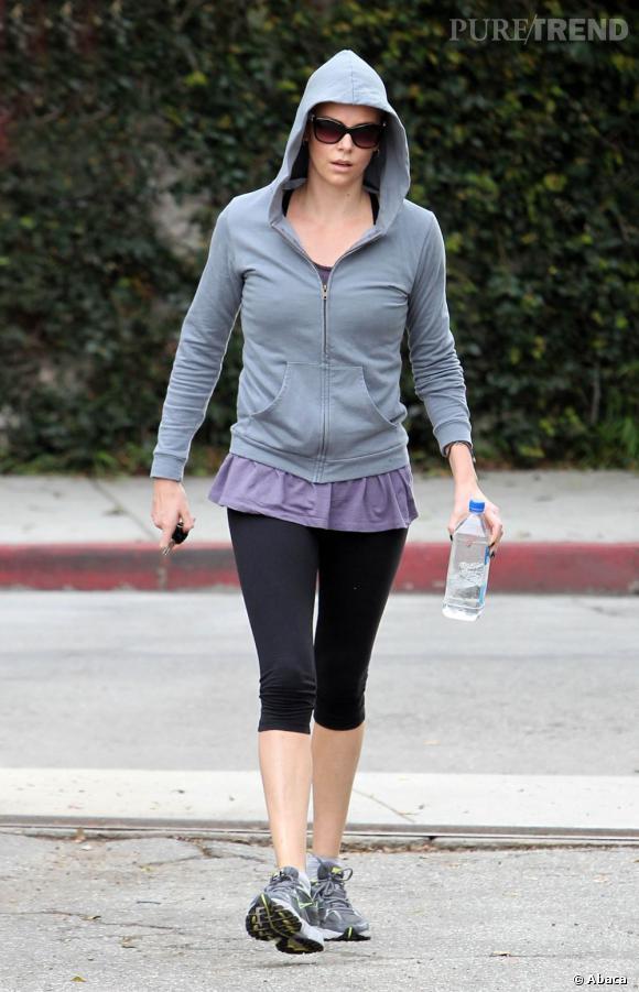 Le pire look sportif  : Capuche remontée et top qui dépasse sous le gilet ; on a pas envie d'aller à la salle de gym avec Charlize Theron.