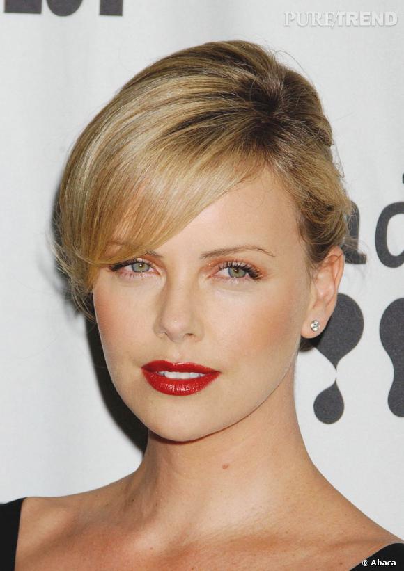 Le meilleur maquillage des yeux  : Fard léger et pailleté, simple touche de mascara et le regard azur de Charlize Theron est sublimé.