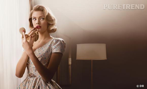 """Les collections """"légitimes"""".     Côté beauté, c'est Estée Lauder qui profite de la diffusion de la nouvelles saison de la série en sortant une mini-collection de maquillage directement inspirée de Betty Draper. Packaging rétro et couleurs carmin, les nostalgiques du make-up de nos grand-mères sont déjà conquises par cette ligne uniquement disponible aux États-Unis pour le moment. Sur  esteelauder.com."""