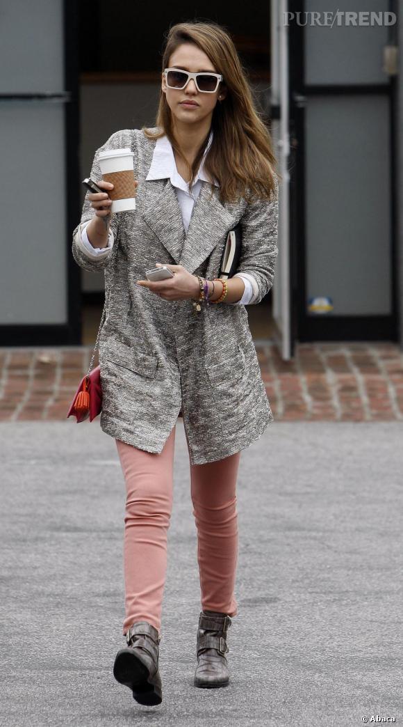 Jessica Alba opte pour une tenue décalée mais parfaitement pointue dans les rues de Los Angeles.