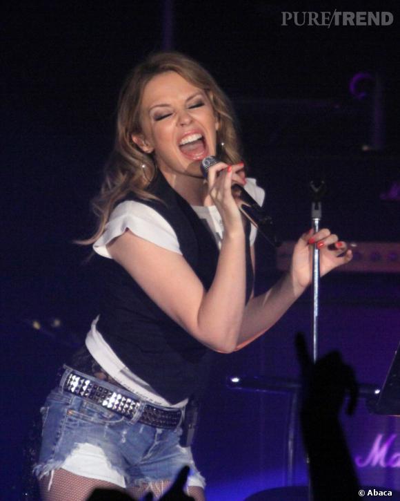 Kylie Minogue, minette sexy pour son concert à Manchester.