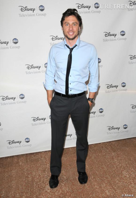 Zach Braff, dandy chic en chemise bleu ciel et pantalon à pinces.