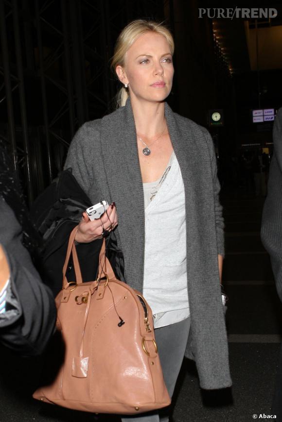 Charlize Theron à l'aéroport de Los Angeles direction Londres.