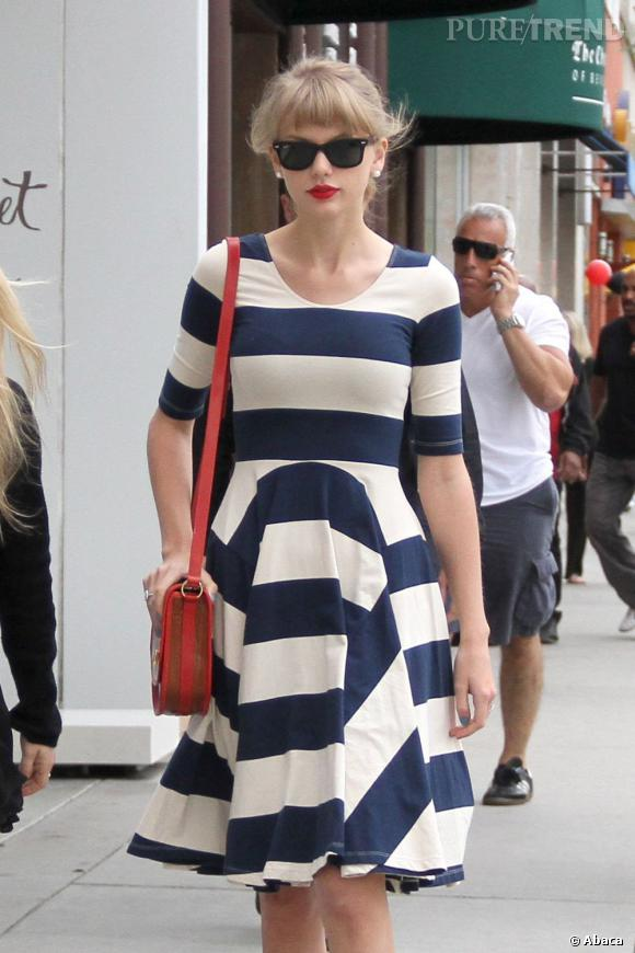 Taylor Swift, look rétro girly dans les rues de Los Angeles.