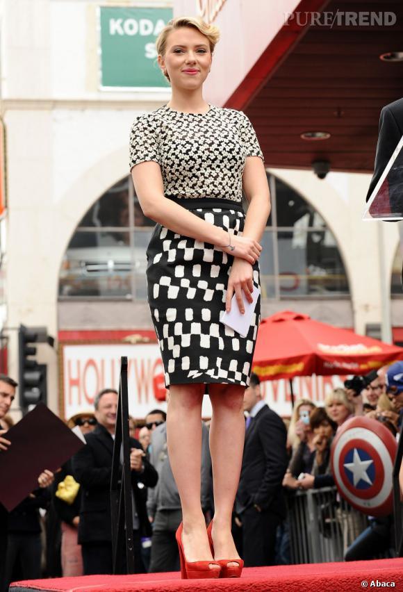 Scarlett Johansson, toute en courbes se juche sur des ...