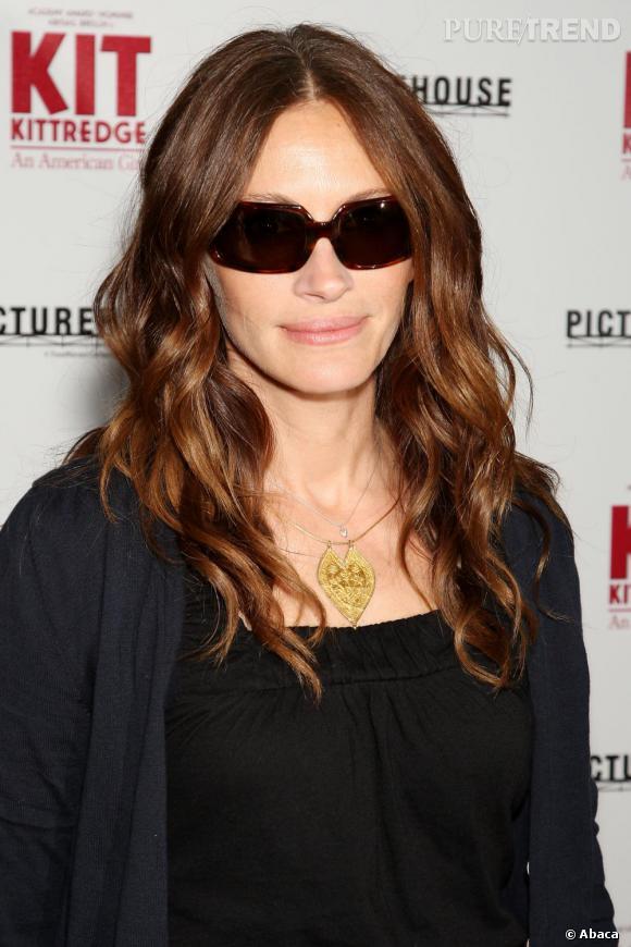 Numéro 2 : les lunettes de soleil . L'actrice les choisit ovales adaptées à la forme de son visage.