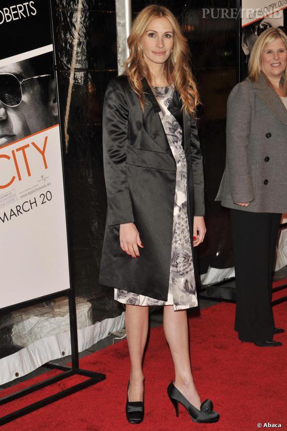Numéro 5 : le long manteau.  Forte de son mètre 75, l'actrice arbore à merveille les trenchs et ne s'en prive pas.