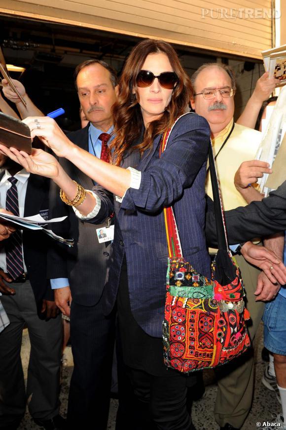 Numéro 4 : les sacs funky.  L'actrice apporte toujours une touche de couleurs à ses tenues en privilégiants les sacs colorés. Sur cette photo, elle porte le sac Simone Camille.