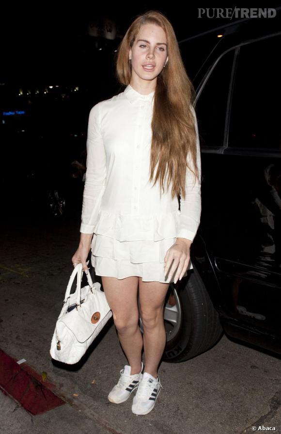 Lana Del Rey tente le look virginal à New York.