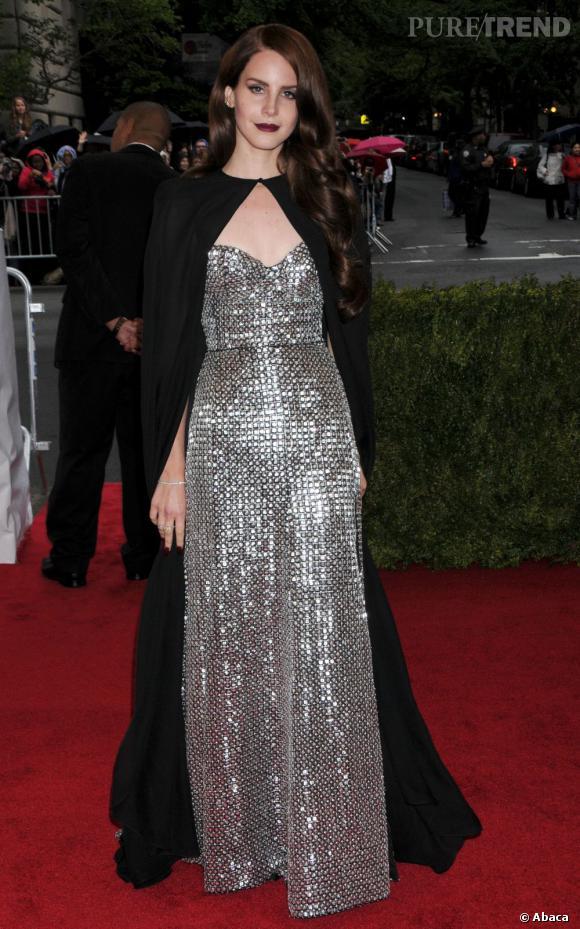 Lana Del Rey au Met Ball 2012 frôle le flop en jouant les vamp.