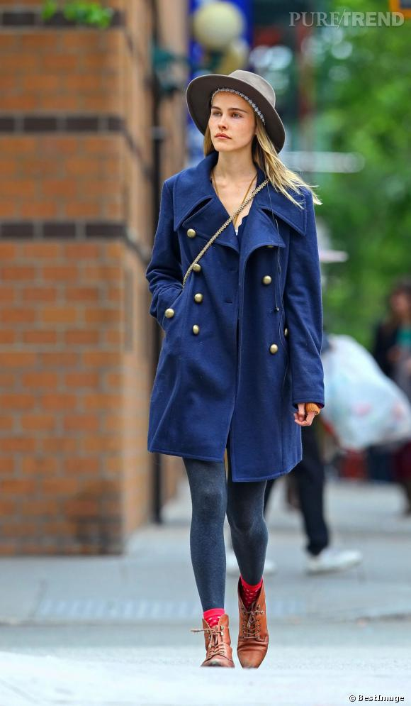 Isabel Lucas apporte une touche décalée à sa tenue grâce à des bottines en cuir camel et à son chapeau gris.