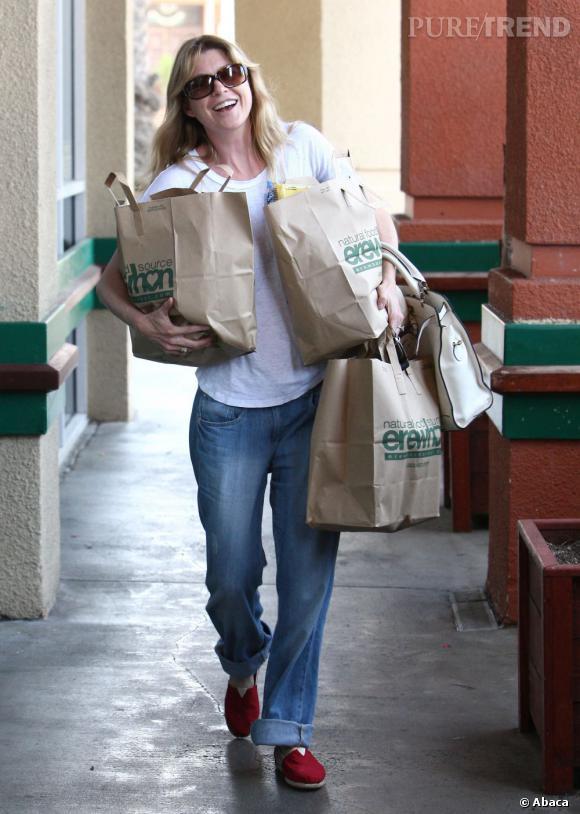 Côté tenue elle opte pour un duo basique, le jean boyfriend et le top blanc casual.