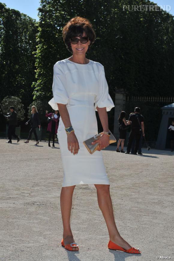 Invitée pour assister au défilé Croisière de Chanel, Inès de la Fressange rayonne dans les Jardins du Roi Soleil
